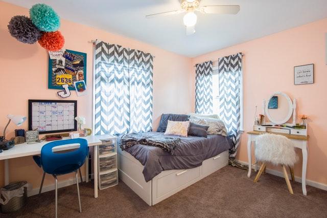 bílá postel v dětském pokoji