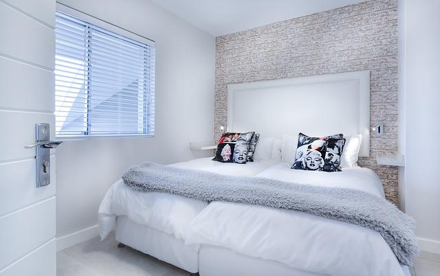 velká bílá postel