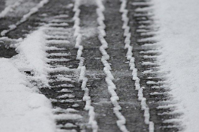 otisk pneumatiky na sněhu