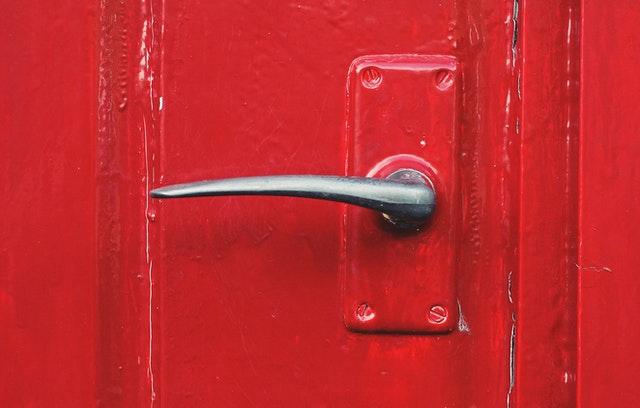 červené dveře, klika